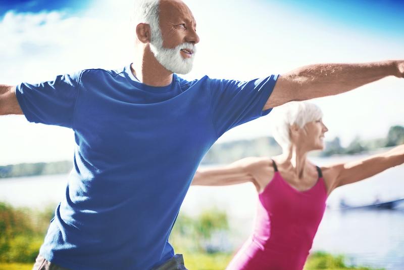 2 senioren üben yoga