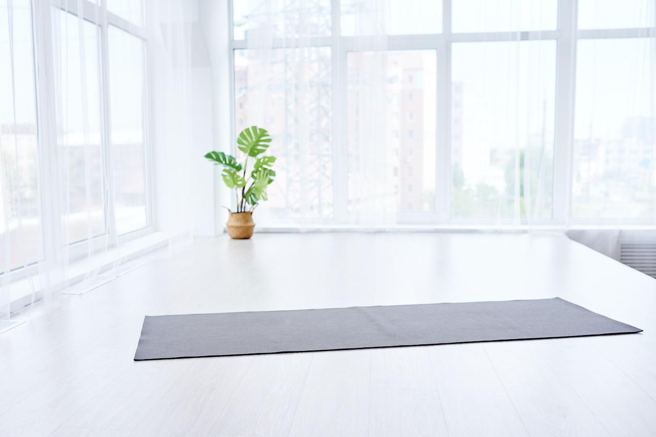 eine yogamatte in einem yogaraum