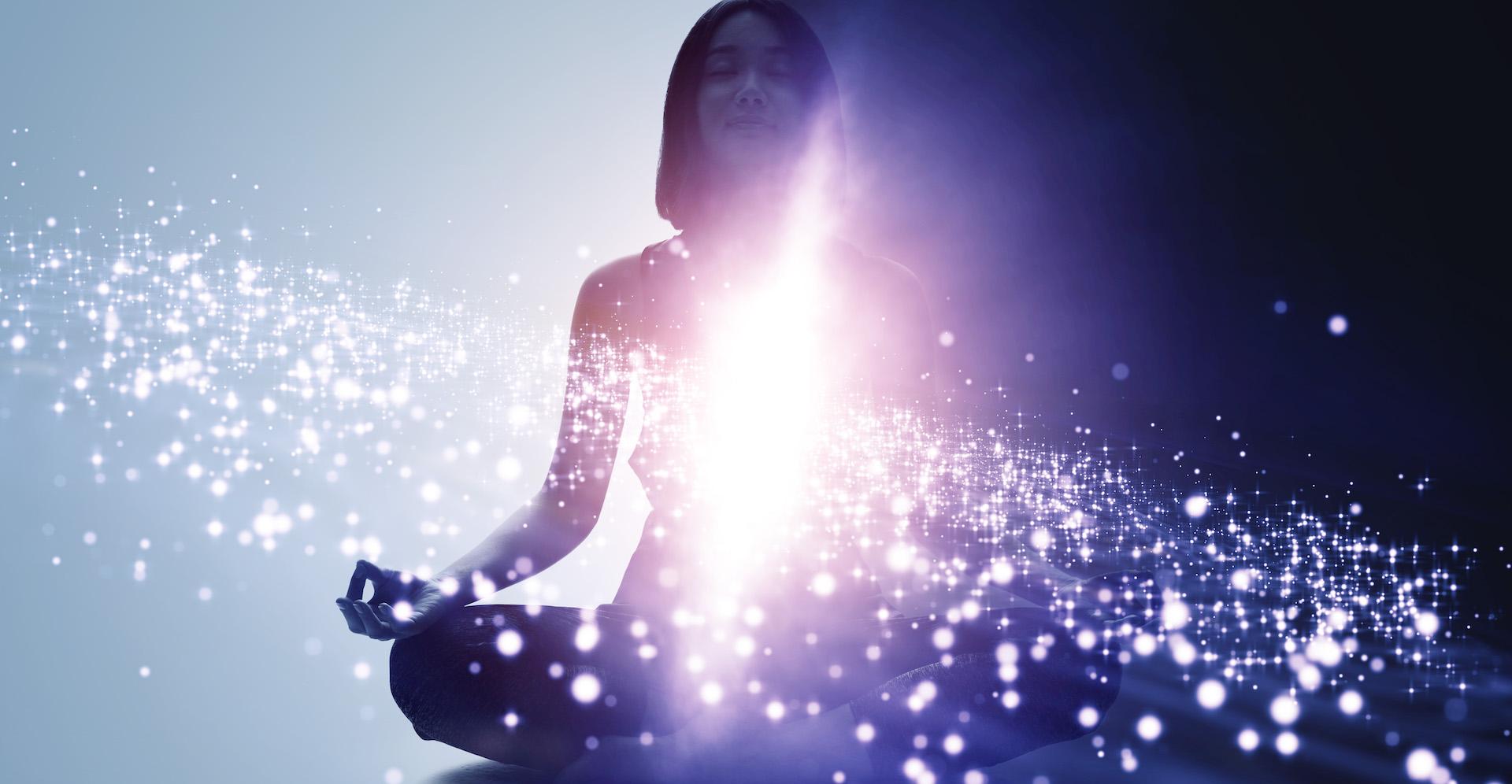 eine frau meditiert im Licht