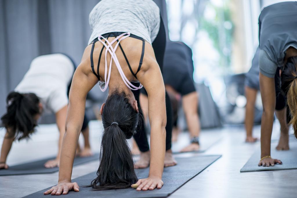 eine gruppe macht yoga